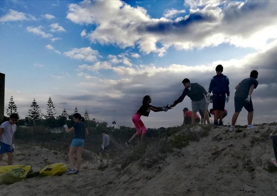 """1184 voluntarios participan en el proyecto """"Voluntariado en playas y ríos"""" en Cádiz, Málaga y Madrid"""