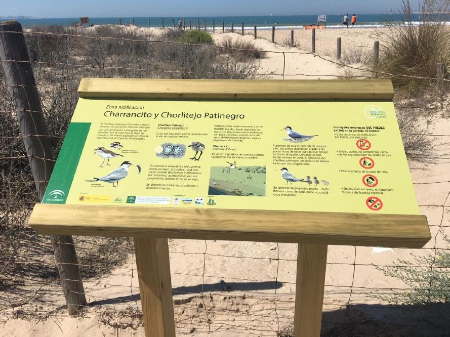 Recuperación de espacios costeros gaditanos: inaugurados dos nuevos carteles informativos en el Parque Metropolitano de los Toruños y la Algaida